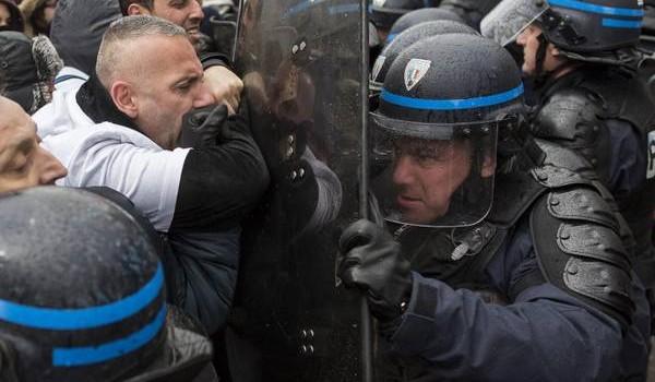 CONDIVIDI !!Gli operai della casa automobilistica francese Peugeot si sono scontrati questa mattina fuori dal Salone dell'auto di Parigi con la polizia. La protesta è stata scatenata dalla decisione di...