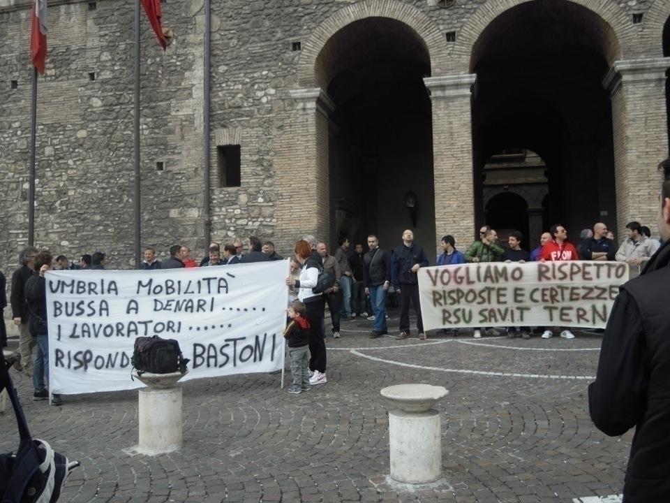 Umbria mobilit in piazza contro la privatizzazione for Umbria mobilita