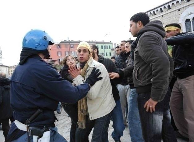 Esplode la questione razziale a brescia e roma scontri for Polizia di stato permesso di soggiorno brescia