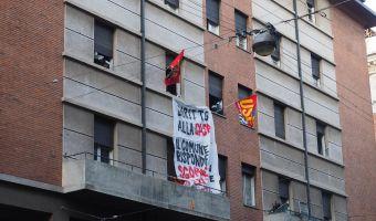 L'immobile occupato abusivamente in via Irnerio, in corso di sgombero, Bologna, 3 maggio 2016. Manifestanti in strada sono venuti a contatto con agenti della polizia in assetto antisommossa, schierati davanti all'ingresso dello stabile. ANSA/ GIORGIO BENVENUTI
