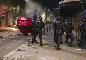 Barcelona 23-05-2016.- Disturbios en Gracia durante la concentración de antisistema en protesta contra el desalojo del banco donde se encontraba una comunidad okupa. foto Carlos Montanyes