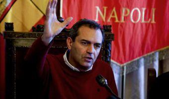 Il sindaco di Napoli Luigi de Magistris nella sede del comune dove in conferenza stampa e' intervenuto sulle decisoni del Governo sull'area commissariata di Bagnoli, 7 marzo 2016. ANSA / CIRO FUSCO