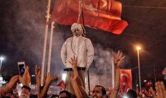 Una manifestazione dei sostenitori di Erdogan in piazza Taksim, a Istanbul, il 18 luglio 2016. Il pupazzo in mezzo alla folla, con una corda intorno al collo, ha le fattezze di Fethullah Gulen, il religioso accusato dal governo di avere organizzato il colpo di stato (Kursat Bayhan/Getty Images)