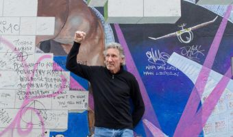 Roger Waters con il pugno