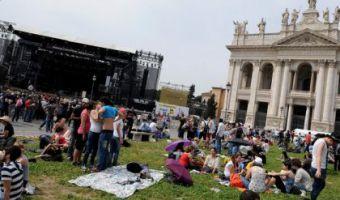 San Giovanni gente in piazza