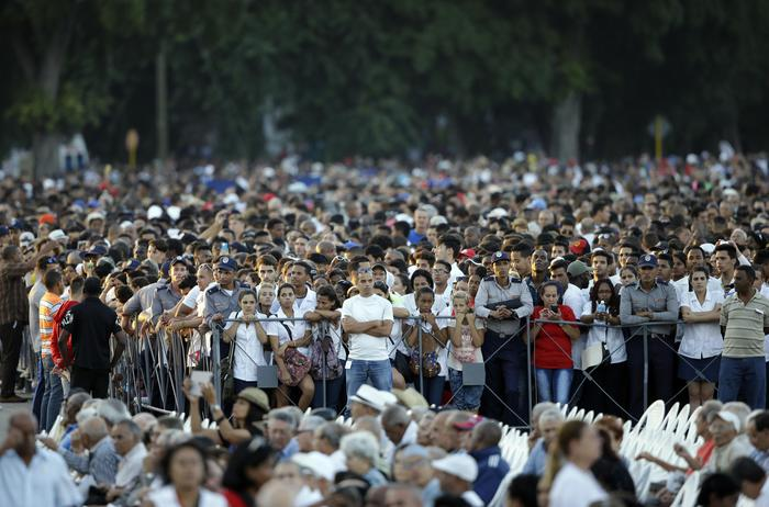 People attend a rally honoring Fidel Castro at the Revolution Plaza in Havana, Cuba, Tuesday, Nov. 29, 2016. Schools and government offices were closed Tuesday for a second day of homage to Fidel Castro, with the day ending in a rally on the wide plaza where the Cuban leader delivered fiery speeches to mammoth crowds in the years after he seized power. Castro passed away at 90 Friday Nov. 25.(ANSA/AP Photo/Ricardo Mazalan) [CopyrightNotice: Copyright 2016 The Associated Press. All rights reserved.]