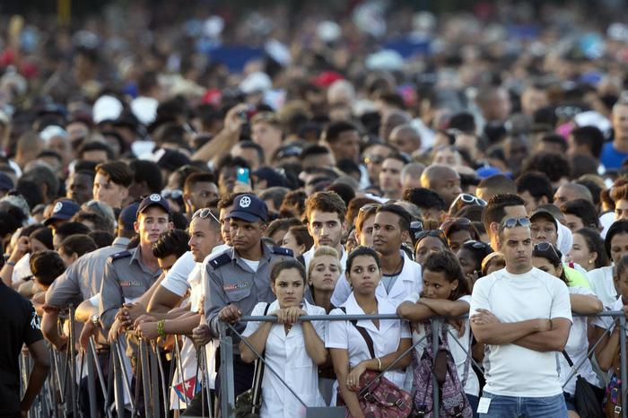 People attend a rally honoring Fidel Castro at the Revolution Plaza in Havana, Cuba, Tuesday, Nov. 29, 2016. Schools and government offices were closed Tuesday for a second day of homage to Fidel Castro, with the day ending in a rally on the wide plaza where the Cuban leader delivered fiery speeches to mammoth crowds in the years after he seized power.(ANSA/AP Photo/Ricardo Mazalan) [CopyrightNotice: Copyright 2016 The Associated Press. All rights reserved.]