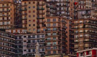 Uno scorcio di palazzi sulla collina di Posillipo a Napoli, 17 gennaio 2014. ANSA / CIRO FUSCO