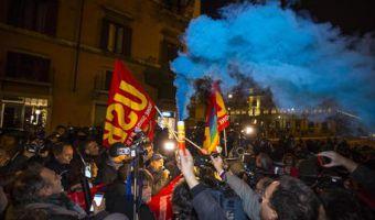 Protesta contro Renzi fuori palazzo chigi per i risultati del referendum, Roma, 04 dicembre 2016. ANSA/ANGELO CARCONI
