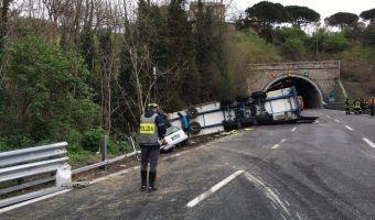 Il tir che ha travolto e ucciso due operai che lavoravano in un cantiere sulla A10, tra Albisola e Celle Ligure, 26 marzo 2017. ANSA/UFFICIO STAMPA POLIZIA ++ NO SALES, EDITORIAL USE ONLY ++