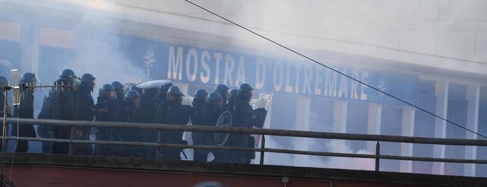 Agenti in assetto anti-sommossa presidiano l'ingresso di Viale Kennedy e le altre vie laterali che portano alla Mostra d'Oltremare a Napoli dove è in programma il comizio del leader della Lega Matteo Salvini, 11 marzo 2017. ANSA / CIRO FUSCO
