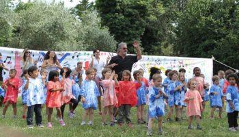 massimo-con-i-bambini-di-celio-azzurro-e1477669355448