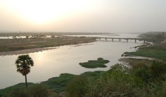 Niamey_river_bridge_roof_sunset_2006