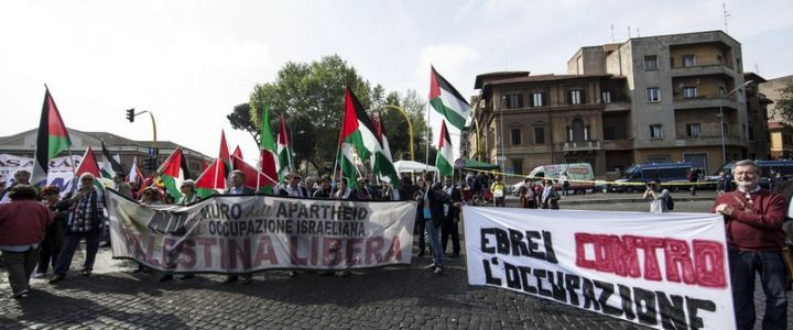 Un momento della manifestazione dei partigiani per il 25 aprile a Porta San Paolo, Roma, 25 aprile 2015. ANSA/MASSIMO PERCOSSI