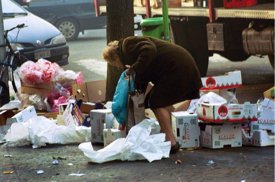 Le Persone Povere.Genova Multa I Poveri Che Cercano Cibo Nella Spazzatura E